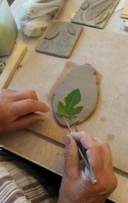 Première phase du projet : les empreintes végétales en argile. « Le plus dur est d'obtenir la bonne matière » puis comme en cuisine, on prend son rouleau à pâtisserie